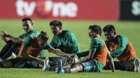 Striker Timnas Indonesia, Irfan Bachdim, tampak ceria usai latihan di Stadion Maguwoharjo, Sleman, Selasa (11/6/2017). Latihan ini persiapan jelang ujicoba melawan Puerto Rico. (Bola.com/Vitalis Yogi Trisna)