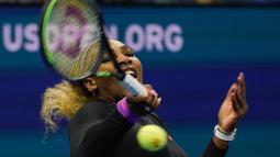 Petenis Amerika Serikat, Serena Williams mengembalikan bola ke arah petenis China, Wang Qiang pada perempat final AS Terbuka 2019 di USTA Billie Jean King National Tennis Center, Selasa (3/9/2019). Serena Williams melaju ke babak semi final setelah menang 6-1 dan 6-0. (DOMINICK REUTER / AFP)