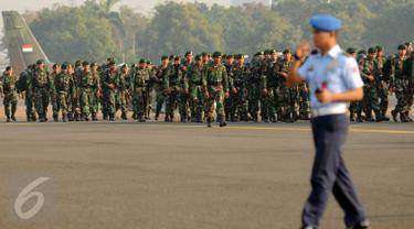 Pasukan TNI yang tergabung dalam Satgas Pemadaman Kebakaran Hutan dan Lahan bersiap menuju Sumatera Selatan dari Lanud Halim Perdanakusuma Jakarta, Kamis (22/10/2015). Satgas ini akan bertugas selama sekitar dua bulan. (Liputan6.com/Helmi Fithriansyah)