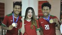 Via Vallen bersama dua pemain timnas U-16, Bagas dan Bagus [foto: instagram/timnasu16.ofc]