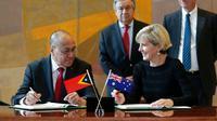 Wakil Perdana Menteri Agio Pereira dari Timor Leste dan Menlu Julie Bishop dari Australia menandatangani perjanjian perbatasan laut kedua negara di markas PBB.  (AP Seth Wenig)