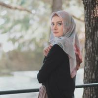 Tutorial hijab square ala Dhatu Rembulan. (Instagram/dhaturembulan)