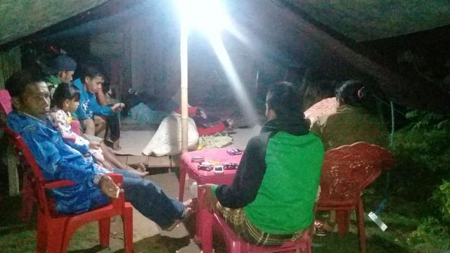 Warga kembali ke tenda pengungsian di Dusun Rattepadada, Mamuju