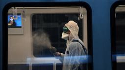 Petugas kebersihan melakukan disinfeksi di kereta bawah tanah di Ankara, Turki (19/11/2020). Kementerian juga mengonfirmasi tambahan 123 orang meninggal dalam 24 jam terakhir, sehingga total kematian menjadi 11.943, sementara jumlah kesembuhan naik 2.918 menjadi 364.573. (Xinhua/Mustafa Kaya)