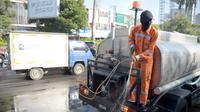 Tak kurang 10 truk tangki bergerak menyisir jalanan Kota Semarang untuk melakukan penyemprotan disinfektan.