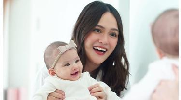 Masuki Usia 5 Bulan, Ini 6 Momen Shandy Aulia Ajari Baby Claire Merangkak
