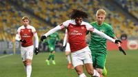 Aksi gelandang Arsenal, Mohamed Elneny saat melawan Vorskla pada laga lanjutan Grup E Liga Europa yang berlangsung stadion NSK Olimpiyskiy, Kyiv, Jumat (30/11). Arsenal menang atas Vorskla 3-0. (AFP/Sergei Supinsky)