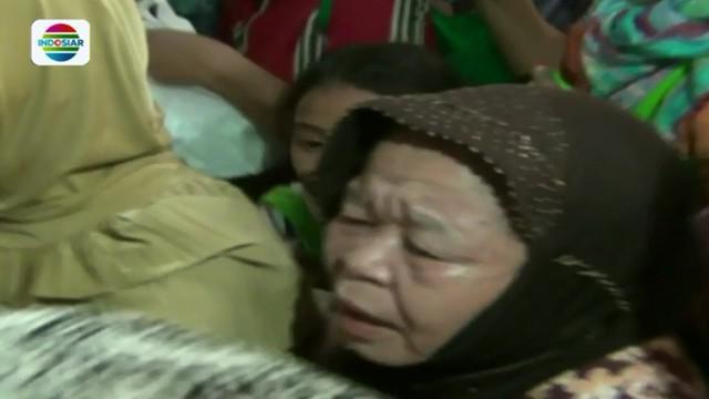 Kericuhan mewarnai pembagian sembako kepada ratusan warga di sebuah kantor partai politik  di Jakarta.