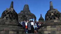 Wisatawan domestik maupun mancanegara terpesona dengan keindahan Candi Borobudur di kawasan Muntilan, Kabupaten Magelang, Jawa Tengah. (Liputan6.com/Switzy Sabandar)