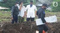 Tangis keluarga jenazah kasus COVID-19 mengunjungi pemakaman di TPU Srengseng Sawah 2, Jakarta, Selasa (9/2/2021). Sudah lebih dari sepekan TPU Srengseng Sawah 2 menerima pemakaman korban COVID-19 dengan jumlah yang dimakamkan sehari maksimal 10 jenazah. (merdeka.com/Arie Basuki)