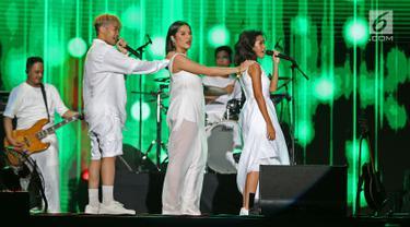 "Personel Trio GAC Gamaliel (kiri), Cantika (tengah), dan Audrey (kanan) menghibur penggemar dalam acara ""Hodgepodge Superfest 2019"" di Allianz Ecopark, Ancol, Sabtu (31/8/2019). Mereka membawakan beberapa lagu andalannya, salah satunya berjudul Bahagia. (Liputan6.com/Herman Zakharia)"