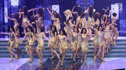 "Penampilan 30 finalis, pada malam final Miss Grand Indonesia 2018 di JCC Jakarta, Sabtu (21/7). Malam final yang bertemakan ""Beauty in Diversity"" diawali dengan menari dengan gaya arahan dari Panca Makmun. (Liputan6.com/Angga Yuniar)"
