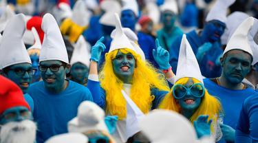 Orang-orang berpakaian seperti Smurf untuk memecahkan rekor pertemuan terbesar di dunia, di Landerneau, Prancis barat, Sabtu (7/3/2020). Sebanyak 3.500 orang berkumpul dan berdandan serba biru seperti Smurf, bahkan ada yang mengecat wajah dan kulit mereka. (Photo by Damien MEYER / AFP)