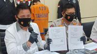 Polisi tangkap mahasiwa pemalsu surat hasil rapid tes antigen. (Dian Kurniawan/Liputan6.com)