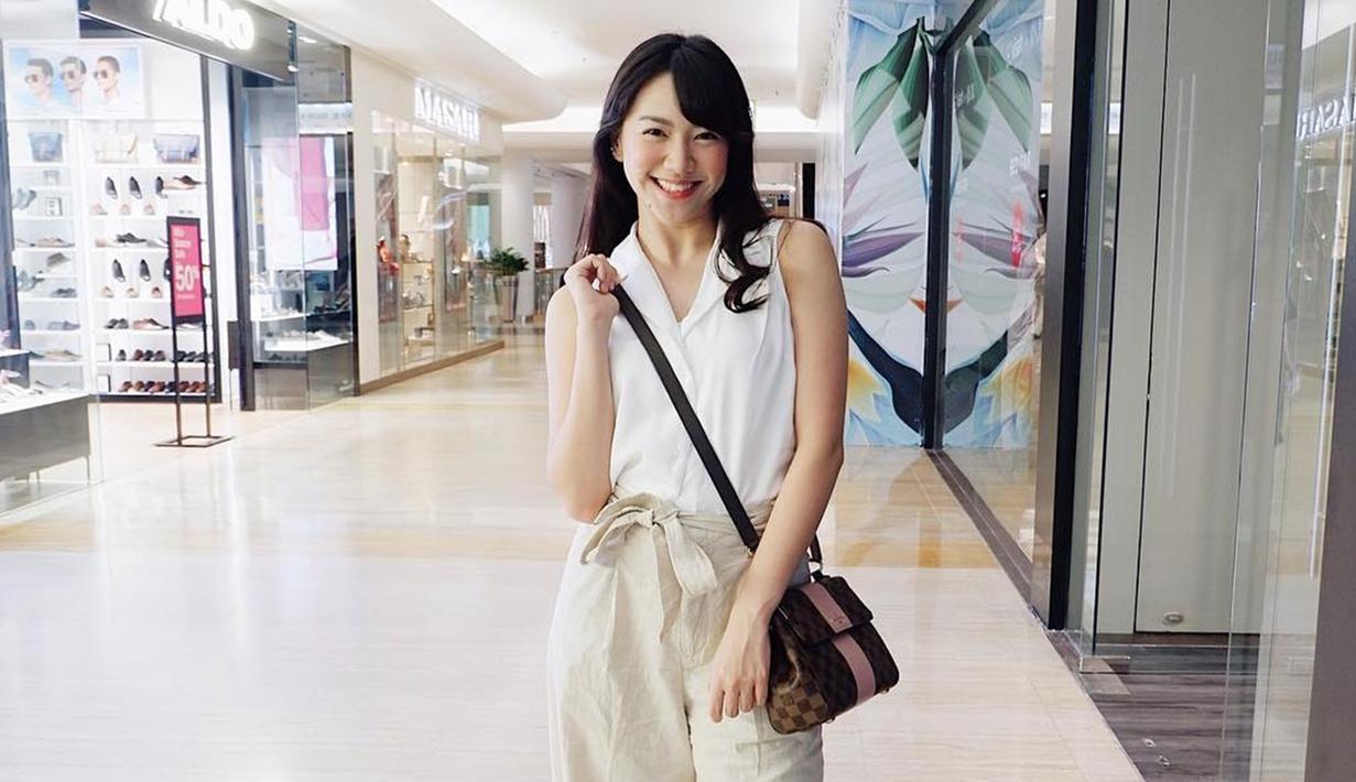 Meski telah keluar dari JKT48, akan tetapi Shania masih sering muncul di layar kaca. Dalam hal penampilan, perempuan yang akrab disapa Shanju ini lebih sering menggunakan busana kasual. (Liputan6.com/IG/@shanju)