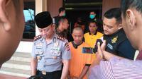 Polisi menunjukan Ujang pembunuh 2 jasad misterius di sungai Cimanuk akhir bulan lalu (Liputan6.com/Jayadi Supriadin)