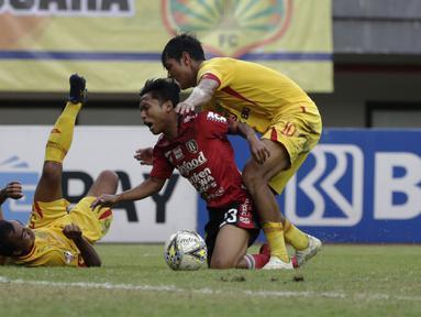 Striker Bali United, Fahmi Ayyubi, berusaha melewati pemain Bhayangkara FC pada laga Shopee Liga 1 di Stadion Patriot Chandrabhaga, Bekasi, Jumat (13/9). Bhayangkara bermain imbang 0-0 atas Bali United. (Bola.com/Yoppy Renato)