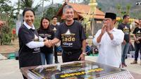 Menteri BUMN Rini Soemarno menandatangani prasasti The Gade Village di Desa Ngargogondo, Borobudur, Magelang, Jawa Tengah.
