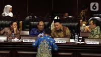 Ketua DPD La Nyalla Mahmud Mattalitti ( kanan) bersama wakil ketua DPD Nono Sampono (tengah) Sultan Bachtiar Najamudi (kiri) dan Mahyudin (kanan) saat memimpin jalannya rapat paripurna di gedung Nusantara V, kompleks MPR/DPR, Senayan, Jakarta, Rabu (2/10/2019). (Liputan6.com/Johan Tallo)