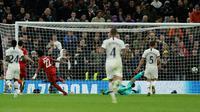 Gelandang Bayern Munchen Serge Gnabry (kiri) mencetak gol ke gawang Tottenham Hotspur pada matchday kedua Liga Champions di Stadion Tottenham Hotspur, London, Inggris, Selasa (1/10/2019). Munchen membantai Tottenham 7-2 dengan Gnabry mencetak quatrick. (AP Photo/Matt Dunham)
