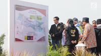 Presiden Joko Widodo (Jokowi) mengamati peta jalan tol disela peresmian empat ruas tol di Jawa Timur, Kamis (20/12). Empat ruas jalan tol itu antara lain Wilangan-Kertosono, Bandar-Kertosono , Porong-Gempol dan Pasuruan-Grati. (Liputan6.com/Angga Yuniar)