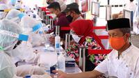 Petugas Medis mengambil sampel darah warga saat rapid test massal di Kota Tangerang, Banten, Sabtu (30/5/2020).  Badan Intelijen Negara (BIN) menggelar tes diagnostik cepat (rapid rest) massal kepada warga Ciledug sebagai salah satu upaya pengendalian transmisi COVID-19. (Liputan6.com/Angga Yuniar)