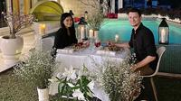 Titi Kamal dan Christian Sugiono saat menikmati makan malam romantis di tepi kolam renang kediaman mereka. (dok. Instagram @titi_kamall/https://www.instagram.com/p/CBVfYrTJf71/?hl=en/Putu Elmira)