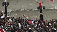 Warga berkumpul saat protes antipemerintah di Santiago, Chile, Jumat (25/10/2019). Ibu Kota Santiago lumpuh karena banyaknya jumlah demonstran. (AP Photo/Rodrigo Abd)