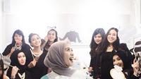 Beberapa foto wanita kelahiran Bandung 29 tahun itu terlihat bahagia saat mendapat kejutan berupa bridal shower dari para sahabatnya. Bintang Surga Yang Tak Dirindukan 2 itu terharu dengan kejutan yang diberikan. (Instagram/shireensungkar)