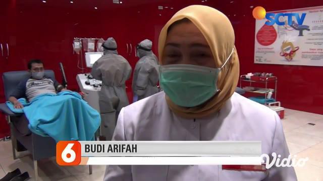 Dua orang pasien sembuh Covid-19 melakukan donor plasma darah di Gedung PMI Surabaya, Kawasan Jalan Embong Ploso, Surabaya. Donor plasma darah dari pasien sembuh virus corona tersebut mampu membantu menyembuhkan pasien positif Covid-19 lainnya.