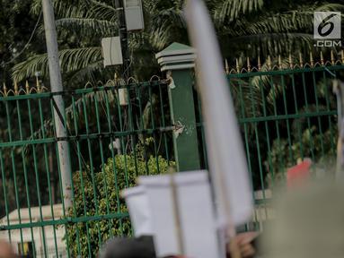 Kondisi pagar Gedung DPR yang dirusak dan dijebol massa aksi mahasiswa, Jakarta, Selasa (24/9/2019). Bagian pagar itu sebelumnya rusak massa aksi mahasiswa yang menolak revisi UU KPK dan RUU KUHP. (Liputan6.com/Faizal Fanani)