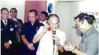 B.J. Habibie mencoba sambungan telepon menggunakan GSM Telkom didampingi Dirut Telkom Setyanto (kanan) dan Kepala Proyek Sistem Telekomunikasi Kendaraan Bergerak Telkom Garuda Sugardo (kiri) Foto: Dok. Telkomsel