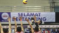 Tiga pemain Palembang Bank SumselBabel harus menahan serangan pemain Jakarta Pertamina Energi pada Seri II Final Four Proliga 2019 di GOR Ken Arok Malang, Jumat (15/2/2019). (Dok Proliga)
