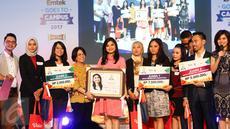 Wapemred SCTV, Endah Saptorini (keempat kiri) bersama Tim juri dan peserta News Presenter Competition Emtek Goes To Campus 2017 foto bersama usai acara di Kampus Negeri Semarang, Jawa Tengah, Kamis (6/4). (Liputan6.com/Yoppy Renato)