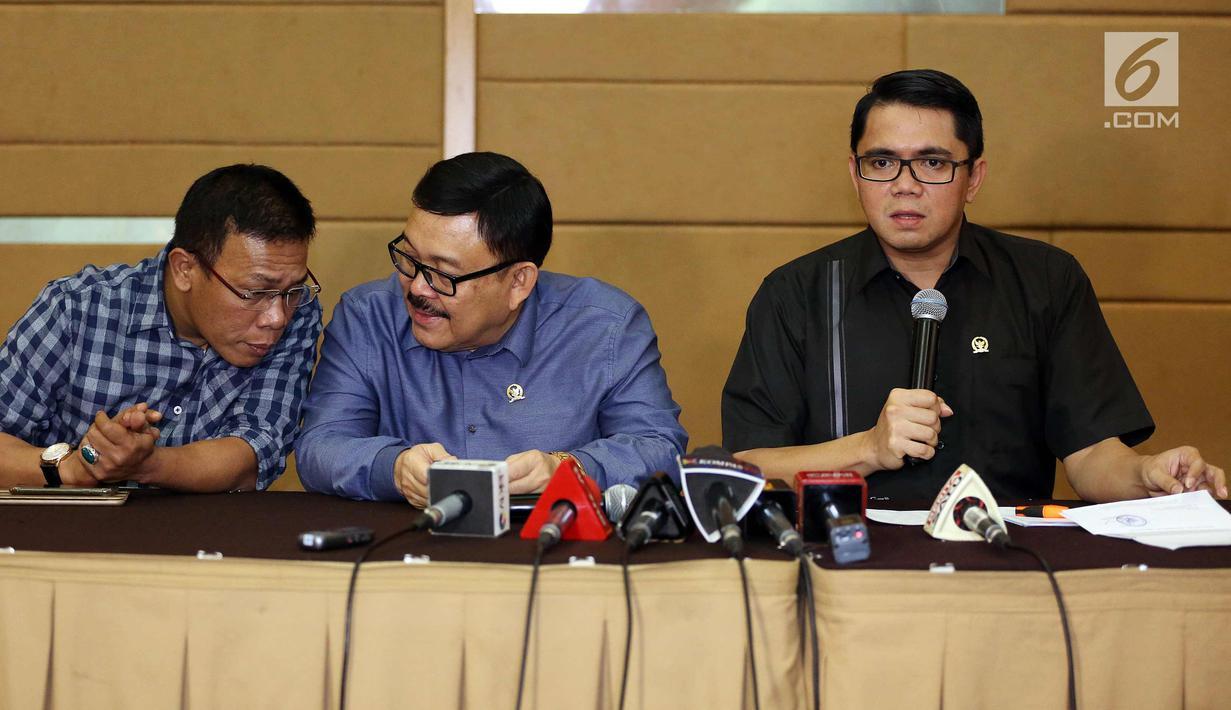 Anggota Pansus Hak Angket KPK, Arteria Dahlan (kanan) memberi keterangan pers di Jakarta, Senin (20/9). Pansus Hak Angket KPK membeberkan temuan terkait pengadaan alat berat yang diduga dilakukan Ketua KPK Agus Rahardjo. (Liputan6.com/Johan Tallo)