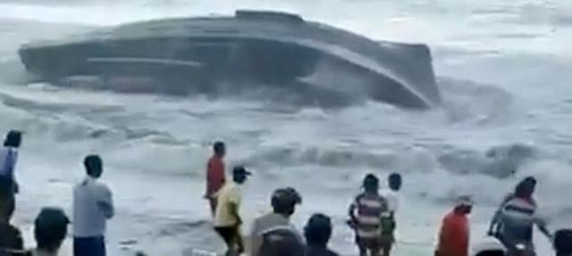 Gelombang tinggi menerjang pinggiran pantai Cilacap. Sebuah kapal terbalik dan akibatnya 10 ABK sempat tenggelam.