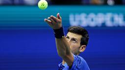 Petenis Serbia, Novak Djokovic bersiap mengembalikan bola ke arah lawannya Juan Ignacio Londero dari Argentina pada babak kedua AS Terbuka 2019 di Arthur Ashe Stadium, Rabu (28/8/2019). Novak Djokovic  lolos setelah menyudahi perlawanan Londero dengan skor 6-4, 7-6 (7-3), dan 6-1. (AP/Charles Krupa)