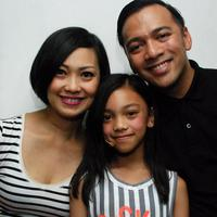 Nola B3 bersama suami, Baldy Mulya dan putri mereka, Naura. [Foto: Sapto Purnomo/Liputan6.com]
