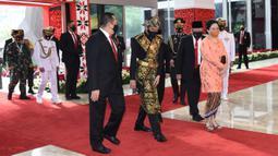 Presiden Joko Widodo (tengah) bersama Ketua MPR Bambang Soesatyo dan Ketua DPR RI Puan Maharani tiba menghadiri sidang tahunan MPR RI di Gedung Nusantara Kompleks Parlemen Jakarta, Jumat (14/8/2020). Jokowi tampil mengenakan baju adat daerah Sabu dari NTT. (Pool/BiroPemberitaanParlemen)