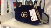 Tas Chanel navy blue yang super keren. (Foto: Yuni Arta/Bintang.com)