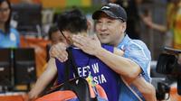 Pelatih China, Li Yongbo, memeluk Lee Chong Wei seusai partai final Olimpiade Rio de Janeiro 2016. Chong Wei harus mengubur mimpinya meraih medali emas setelah kalah dua gim dari Chen Long. (AP Photo/Kin Cheung)
