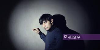 Di sela-sela waktu kosong aktor Abimana Aryasatya lebih banyak menghabiskan waktu bersama keluarga dibanding menghambur-hamburkan uang di tempat gemerlapnya hiburan malam. (Nurwahyunan/Bintang.com)