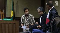 Mantan Ketua Umum PPP, M Romahurmuziy (kiri) saat menjalani sidang pembacaan dakwaan di Pengadilan Tipikor, Jakarta, Rabu (11/9/2019). JPU KPK mendakwa M Romahurmuziy terlibat kasus suap jual-beli jabatan di lingkungan Kementerian Agama (Kemenag). (Liputan6.com/Helmi Fithriansyah)