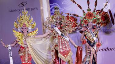 Para Finalis Puteri Indonesia menampilkan busana daerah di Malam Bakat Seni dan Budaya Puteri Indonesia 2018, Jakarta, Selasa (6/3). 39 finalis Puteri Indonesia memamerkan beragam busana daerah dari 34 provinsi di Indonesia. (Liputan6.com/Faizal Fanani)