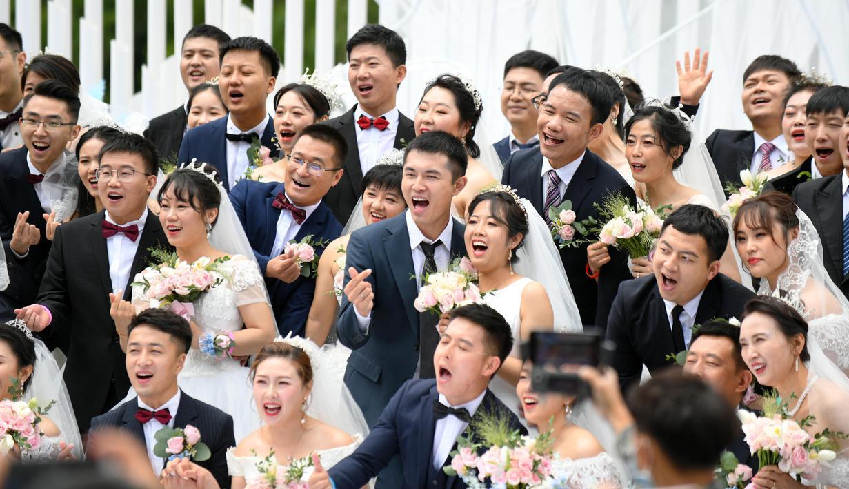 Para pasangan yang bergabung dalam perjuangan melawan COVID-19 mengikuti nikah massal di Provinsi Jilin, China, Rabu (8/7/2020). Nikah massal ini dihelat untuk 50 pasangan dari seluruh China yang telah berjuang melawan COVID-19 dan menunda pernikahan mereka. (Xinhua/Lin Hong)