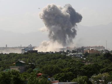 Kepulan asap terlihat setelah ledakan besar di Kabul, Afghanistan, Senin (1/7/2019). Ledakan dahsyat mengguncang ibu kota Afghanistan, Kabul. Efeknya membuat jendela beberapa bangunan pecah, serta mengirim asap tebal ke area kementerian pertahanan setempat. (AP Photo/Ramhat Gul)
