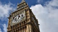 Menara jam terbesar kedua di dunia ini terakhir kali dibersihkan pada tahun 2010. (AFP PHOTO/Ben Stansall)