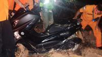 Petugas Basarnas Pekanbaru mengeluarkan sepeda motor pengemudi ojek online yang tersesat karena menggunakan google maps. (Liputan6.com/M Syukur)