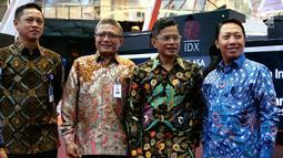 Dirut Mandiri Investasi Alvin Pattisahusiwa, Plt Dirut Askrindo Sabdono, Dirut Garuda Indonesia Pahala N Mansury dan Dir. Operasional Komersil Askrindo, Dwi Agus S pada pencatatan saham perdana Jakarta (31/7). (Liputan6.com/HO/Iqbal)