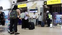 PT KAI Daops 3 Cirebon menetapkan untuk membatalkan delapan perjalanan Argo Cheribon selama 11 hari kedepan serta menerapkan social distancing kepada calong penumpang di stasiun. Foto (Liputan6.com / Panji Prayitno